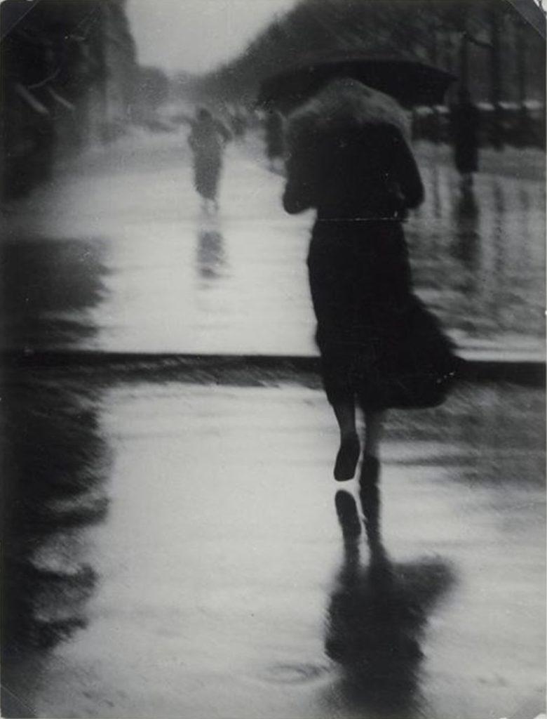 Passants dans la pluie de Brassaï