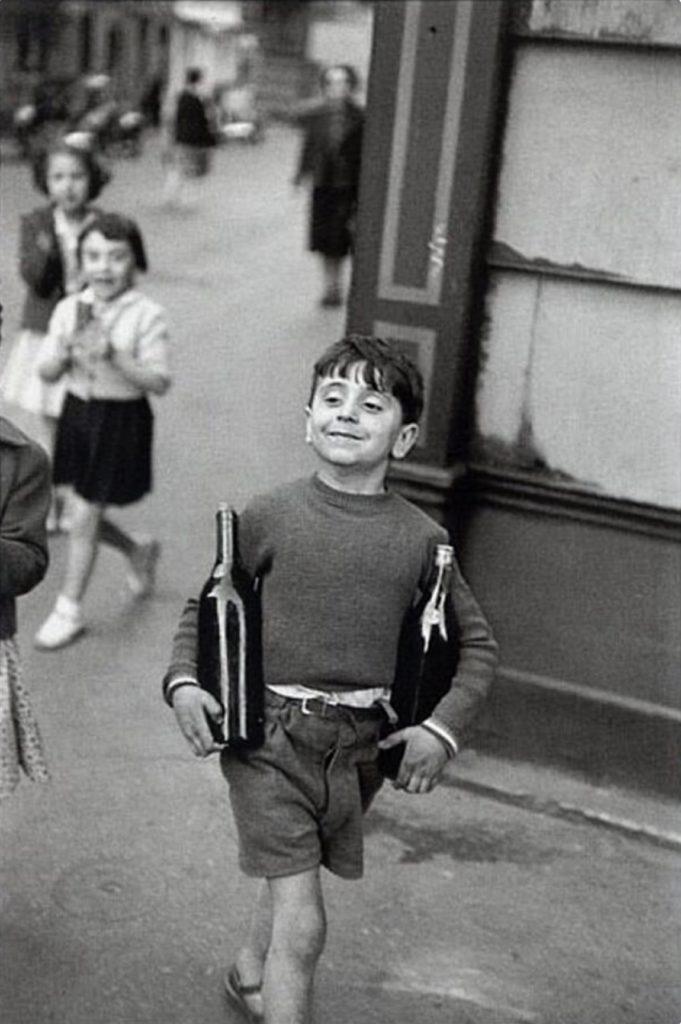 Petit parisien, rue Mouffetard per Henri Cartier-Bresson